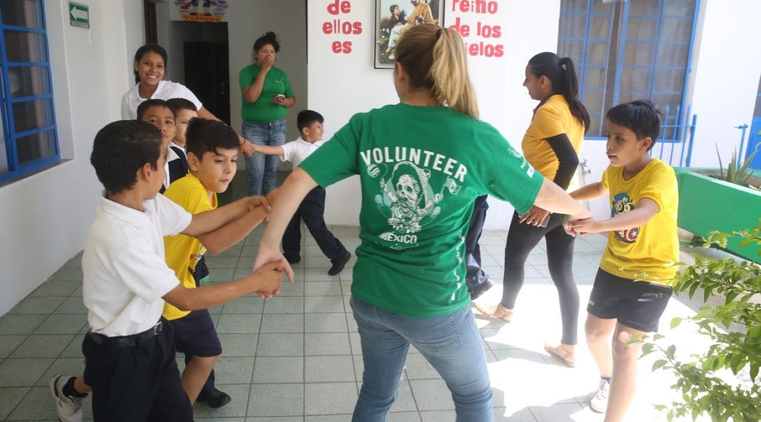 メキシコの子供たちとアクティビティーを行うチャイルドケアボランティア